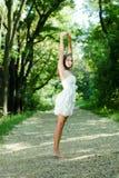 Giovane bella donna nell'allungamento verde della sosta Fotografie Stock