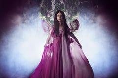 Giovane bella donna nell'immagine dei fatati, foresta scura magica Immagini Stock Libere da Diritti