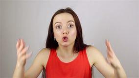 Giovane bella donna in pieno di furia, esaminando macchina fotografica giura video d archivio