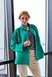 Giovane bella donna in rivestimento verde Immagine Stock Libera da Diritti