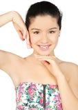 Giovane bella donna sorridente che tocca il suo fronte Fotografia Stock