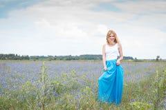 Giovane bella donna sorridente con lo sguardo allegro Fotografie Stock