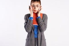 Giovane bella donna sui vetri d'uso di un fondo leggero, compito, taccuino, insegnante fotografia stock libera da diritti