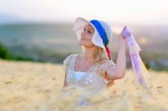 Giovane bella donna sul giacimento del cereale immagini stock libere da diritti