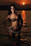 Giovane bella donna sulla spiaggia fotografia stock libera da diritti