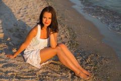 Giovane bella donna sulla spiaggia immagine stock