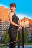Giovane bella donna in un vestito nello stile militare in autunno Fotografie Stock Libere da Diritti