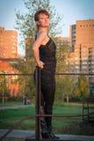 Giovane bella donna in un vestito nello stile militare in autunno immagini stock