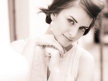 Giovane bella donna in una città fotografie stock libere da diritti