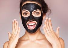 Giovane bella donna in una maschera per il fronte del terapeutico Fotografia Stock Libera da Diritti