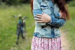 Giovane bella, donna vestita d'avanguardia con la bicicletta Bellezza, modo, stile di vita Fotografia Stock Libera da Diritti