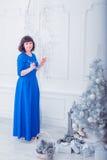 Giovane bella donna in vestito da sera elegante blu Fotografie Stock Libere da Diritti