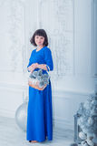 Giovane bella donna in vestito da sera elegante blu Fotografia Stock