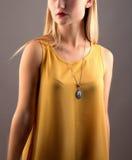 Giovane bella donna in vestito giallo Isolato su grey Fotografia Stock Libera da Diritti