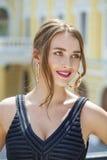 Giovane bella donna in vestito nero che ci posa all'aperto in soleggiato Immagini Stock Libere da Diritti