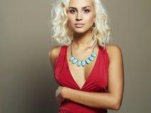 Giovane bella donna in vestito rosso Ragazza bionda dell'ente sexy Fotografia Stock