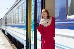 Giovane bella donna vicino ad un treno immagini stock libere da diritti