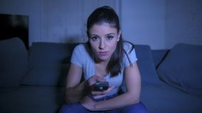 giovane bella e donna latina felice sul suo 30s che tiene la ripresa esterna della TV che gode a casa del programma televisivo di fotografia stock libera da diritti