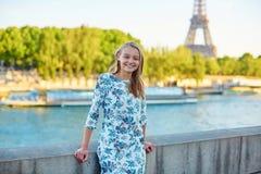 Giovane bella e donna parigina elegante Immagini Stock Libere da Diritti