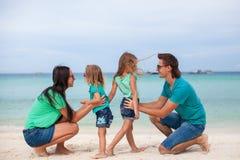 Giovane bella famiglia con due figlie che hanno immagini stock libere da diritti