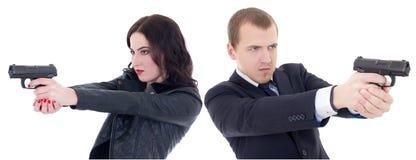 Giovane bella fucilazione dell'uomo e della donna con le pistole isolate sul whi fotografie stock