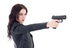 Giovane bella fucilazione della donna con la pistola isolata su bianco immagini stock