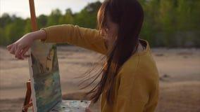 Giovane bella immagine del disegno del pittore della donna di paesaggio astratto archivi video