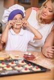 Giovane bella madre che cucina con la figlia Immagine Stock Libera da Diritti