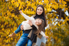 Giovane bella madre con la sua piccola figlia nel parco di autunno Immagini Stock