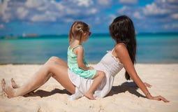 Giovane bella madre e la sua piccola figlia sopra Fotografie Stock Libere da Diritti