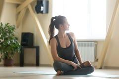 Giovane bella messa in opera della donna per la sessione di meditazione Fotografia Stock