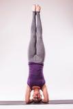 Giovane bella posa della donna di yoga Fotografia Stock
