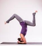 Giovane bella posa della donna di yoga Fotografie Stock Libere da Diritti