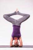 Giovane bella posa della donna di yoga Fotografia Stock Libera da Diritti