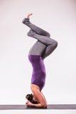 Giovane bella posa della donna di yoga Fotografie Stock