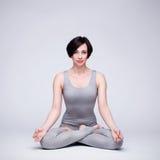 Giovane bella posa di yoga della donna Immagini Stock Libere da Diritti