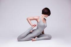 Giovane bella posa di yoga della donna Fotografie Stock Libere da Diritti