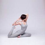 Giovane bella posa di yoga della donna Immagine Stock