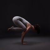 Giovane bella posa di yoga della donna Fotografia Stock Libera da Diritti