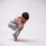 Giovane bella posa di yoga della donna Immagine Stock Libera da Diritti