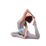 Giovane bella posa di yoga della donna Isolato Fotografie Stock Libere da Diritti