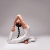 Giovane bella posa di yoga della donna Isolato Immagini Stock