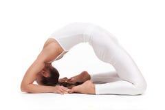 Giovane bella posa di yoga della donna Isolato Immagini Stock Libere da Diritti