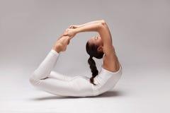 Giovane bella posa di yoga della donna Isolato Fotografia Stock