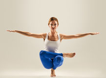 Giovane bella posa di yoga Equilibrando su una gamba Immagine Stock
