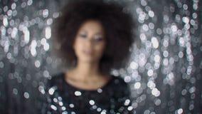 Giovane bella ragazza africana che posa in vestito elegante, esaminante macchina fotografica archivi video