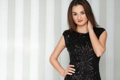 Giovane bella ragazza alla moda con le labbra rosse che posano in vestito elegante stupefacente dal nero di sera Fotografie Stock Libere da Diritti