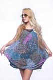 Giovane bella ragazza bionda a colori mini-vestito Immagini Stock Libere da Diritti