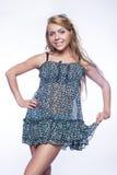 Giovane bella ragazza bionda a colori mini-vestito Immagine Stock Libera da Diritti