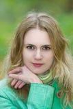 Giovane bella ragazza bionda nel rivestimento verde Fotografia Stock Libera da Diritti